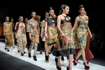batik-catwalk-at-jakarta-fashion-week-2013-1024x685